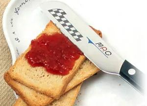 MACのモーニングナイフでジャムを食パンに塗る