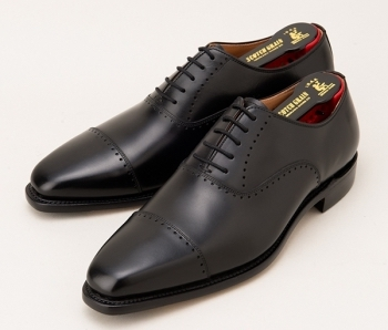 市川猿之助さん(役:伊佐山 泰二)が着用の黒色の革靴