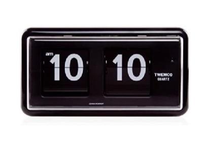 圭佑(演:生田斗真)の仕事机に置かれているブラックのパタパタ置き時計