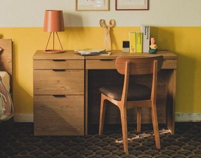 【#家族募集します】重岡大毅さん演じる「あかぎ しゅんぺい」の家(リビング)に置かれている机・テーブル